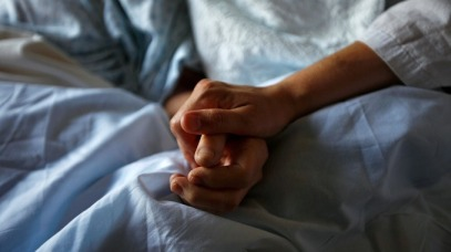 hand-holding-in-hospital